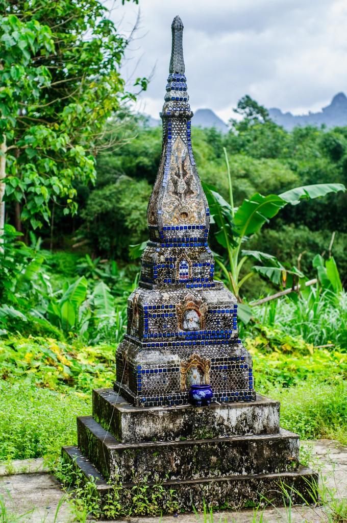 Chedi In Wat Praphat Prachimkhet (Wat Praphat Prachimkhet и Tham Phung Chang, Пханг Нга, Таиланд.)