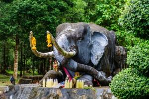 Каменный слон на въезде к храму.