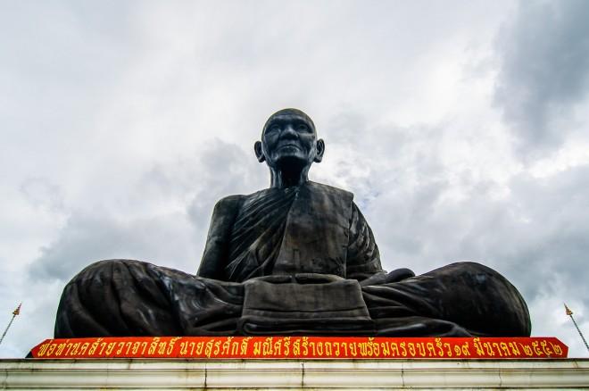 Статуя чёрному монаху.