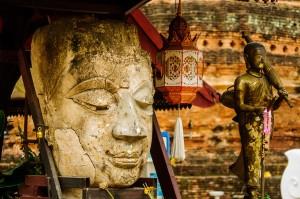 Лик Будды в храме Wat Jetlin.