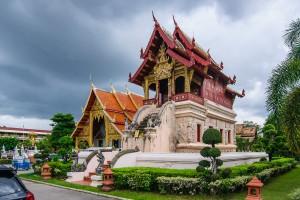 Хотрай храма Wat Prasingh (на переднем плане) и вихан (на заднем).