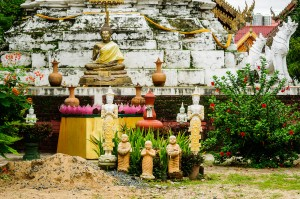 Из-за забора Wat Muentoom выглядит примерно так.