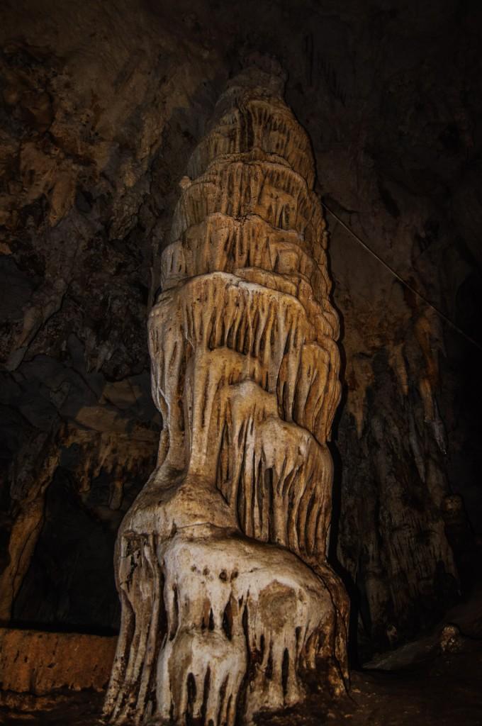 Очень мне текстура вот этого сталагмита понравилась. (Система пещер Tham Lod. Окрестности Пая, Таиланд.)