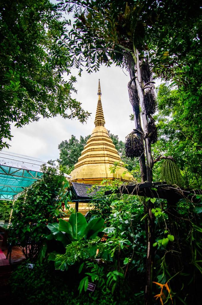 Октогональный чеди (Wat Phra Kaew, храм изумрудного Будды, Чианг Рай)