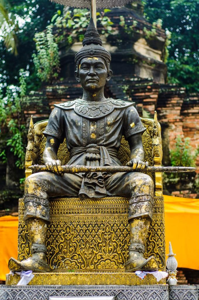 Wat Doi Ngam Muang King Mengrai Closer (Wat Doi Ngam Muang и котики.)