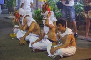 Phuket Vegeterian Festival Report Guys (Вечерний ритуал прощания с богами и шествие.)