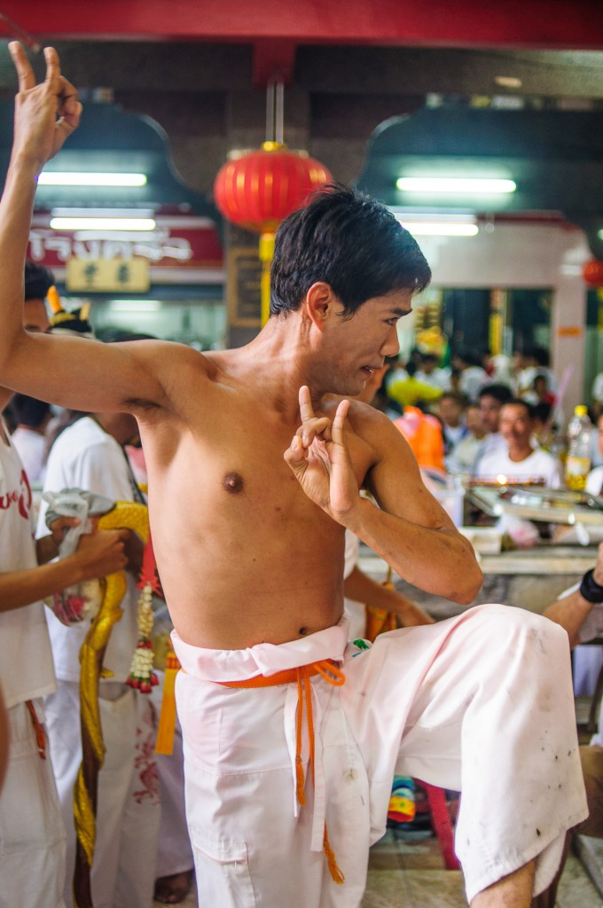 Phuket Vegeterian Festival Report Ma Song In Trance Ritual (Вегетарианский фестиваль 2013. Утро в Jui Tui перед шествием.)