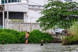 Man Washing In Chao Praya River (Прогулка по каналам Бангкока.)