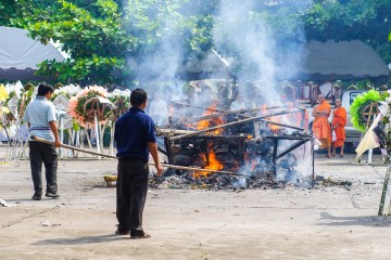 Ритуальное сожжение умершего, храм That Foon, Вьентьян, Лаос