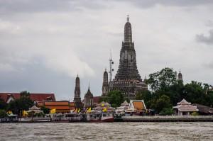 Вид на Wat Arun с противоположной стороны Чаопрайи.