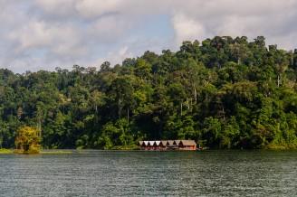 Фото таиланда, пейзаж озера Чео Лан, национальный заповедник Као Сок. Провинция Пханг-Нга, Таиланд.