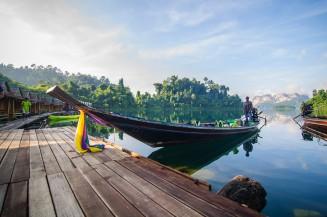 Длиннохвостая лодка у причала отеля Putawana.