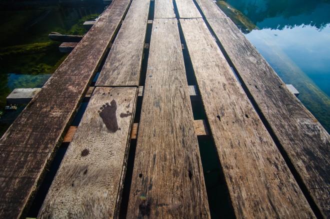Отпечаток детской ножки на мостках плавучего отеля.
