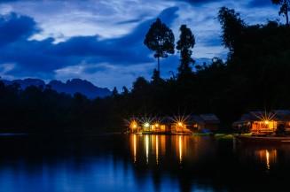 Плавучий отель Putawan перед наступлением темноты.