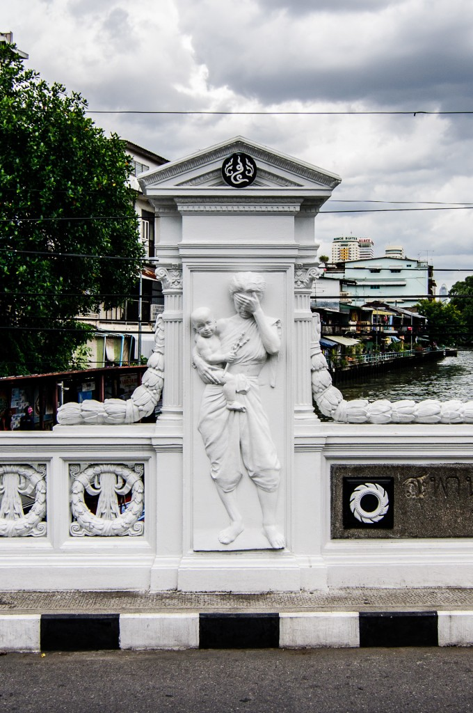 Facepalm Bas Relief On The Bridge In Bangkok (Улицы Бангкока.)