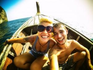 Я и Маша на лодке. (На лодке до Phi-phi.)