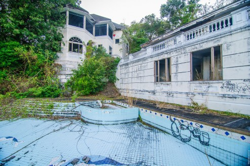 Заброшенный особняк с бассейном.