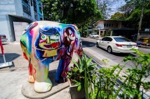 (Парк Benjakiti и улицы Бангкока.)