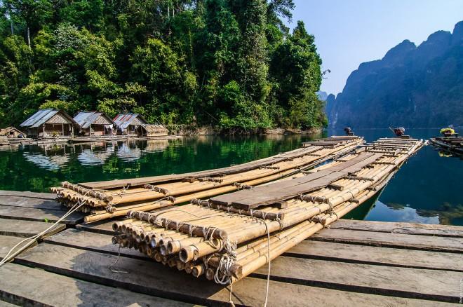 Бамбуковые плоты – переправа в пещеру.