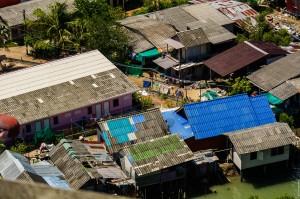 Вид с крыши на трущобы. (Phuket Marina — заброшенный отель на Пхукете.)