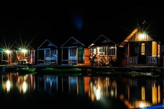 Плавучий отель Sai Chon ночью.