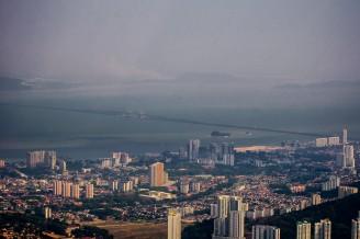 Если приглядеться, то можно рассмотреть мост, соединящий остров Пенанг с материковой частью Малайзии.