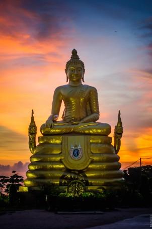 Не такой большой, но золотой, Будда на закате.