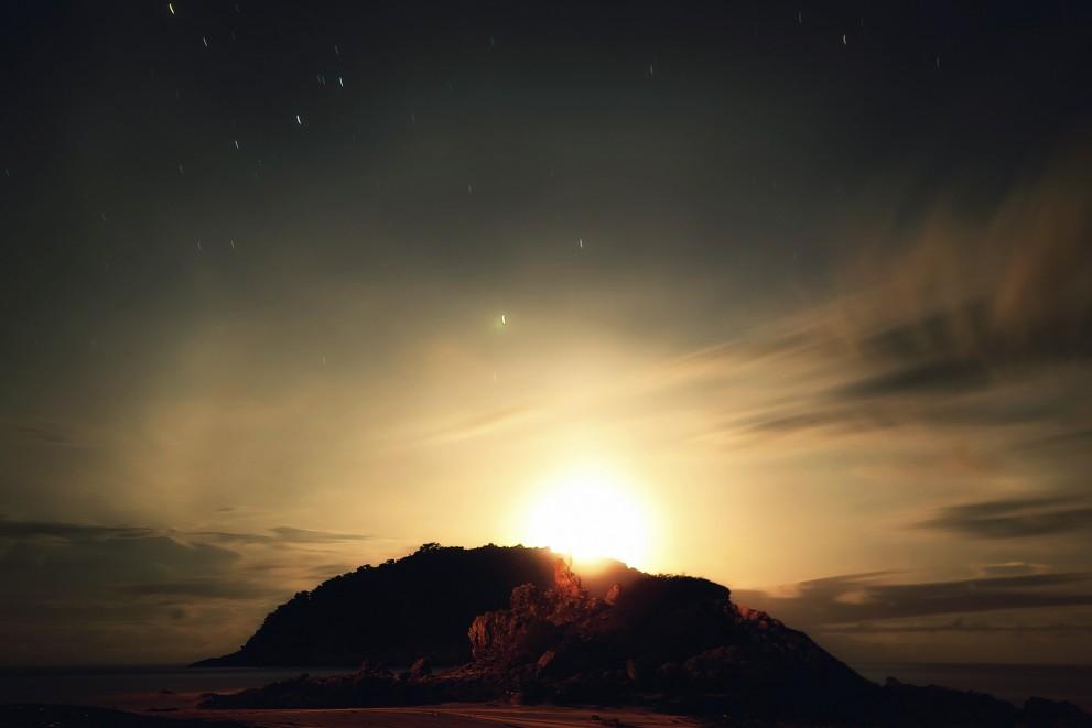 Закат луны за остров на пляже Ya Nui.