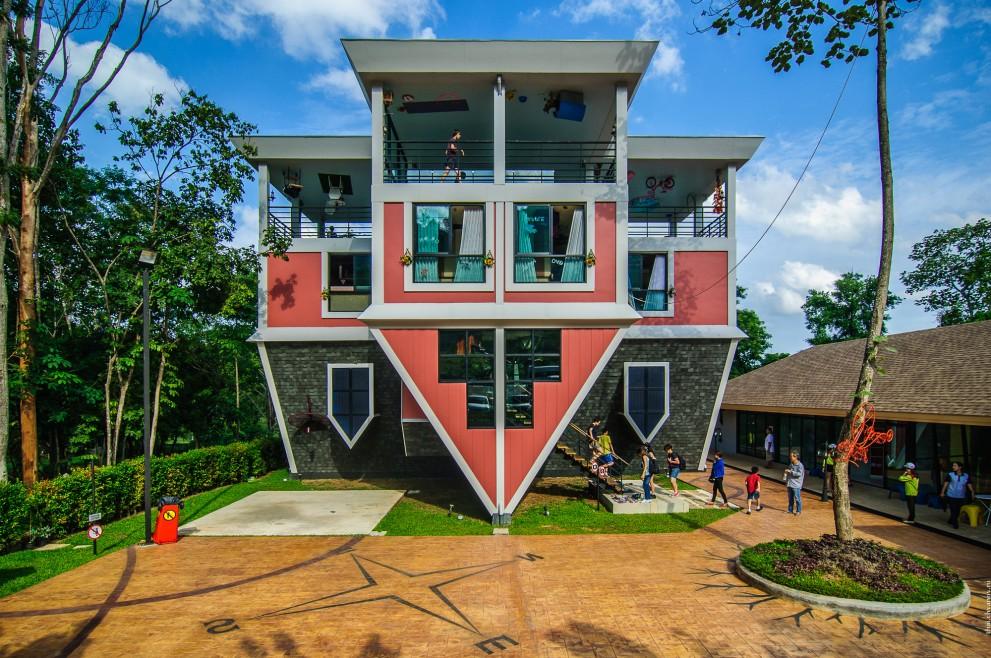 Baan Teelanka, дом вверх дном на Пхукете, Таиланд.