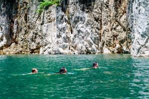 В озере всегда тёплая вода и очень здорово купаться. (Тайский Гуйлинь и красоты озера Чао Лан.)