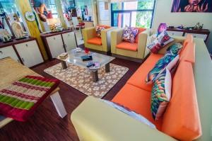 Гостиная с уютным диваном (Baan Teelanka, дом кверху дном на Пхукете, Таиланд)
