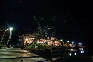 Плавучий отель Keeree Warin ночью (Отель на воде — Keeree Warin, озеро Чео Лан)