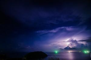 Молния над океаном (Молнии над островом. Это не закат.)
