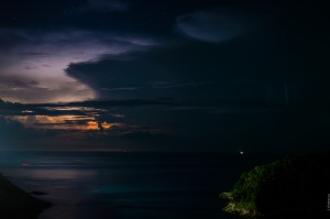 Flashes In The Sky Over Ocean (Молнии над островом. Это не закат.)