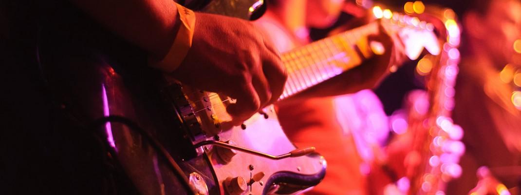 Гитара в руках солиста группа Маркшейдер Кунст