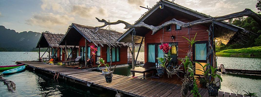 Семейные бунгало в рафт-хаусе Keeree Warin, озеро Cheow Larn, Phang-Nga, Thailand.