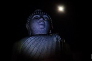 Большой Будда, чей-то фонарик и луна. (Новогодняя служба в Большом Будде.)