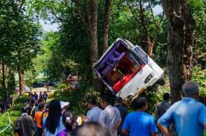 bus-crash-kata-chalong-phuket-11 (Авария автобуса на перевале Ката — Чалонг.)