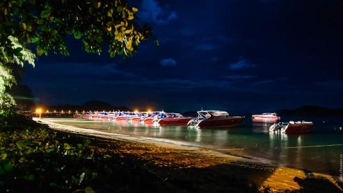 Лодки ночью на пляже Раваи