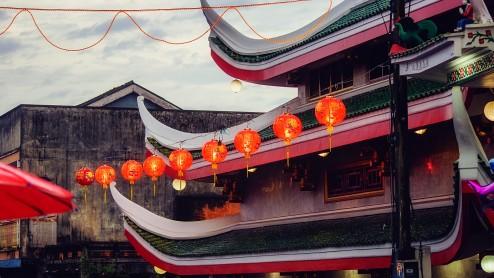 Китайские лампы у китайского храма