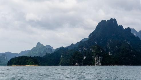 Скала похожая на морду крокодила, озеро Чео Лан