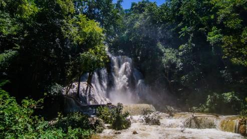 Водопад Куанг Си, недалеко от Луанг Прабанга, Лаос.
