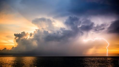 Молния на закате.