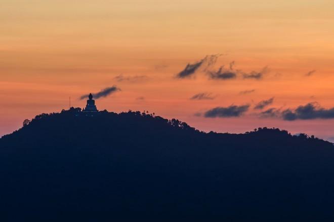 Большой Будда, гора и закат.