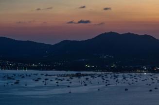 Вид на залив Чалонг, пирс и кораблики.