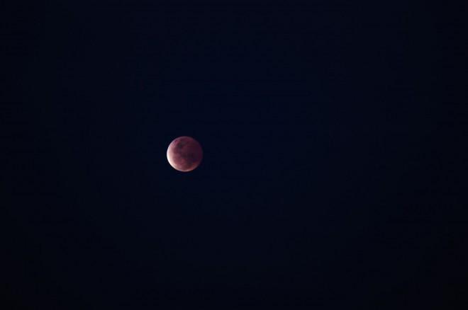 Луна начала выходить из тени Земли.