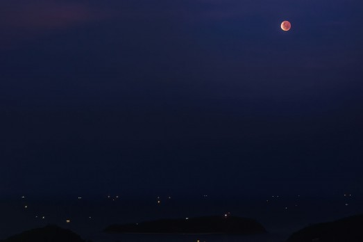 Лунное затмение и острова.