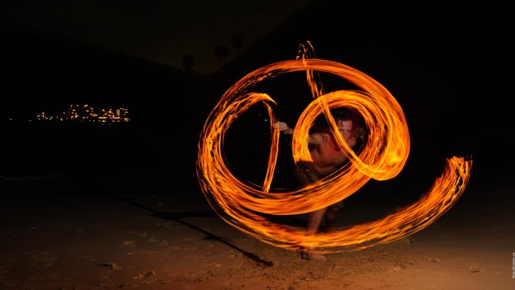Роман Кит и его огонь на пляже Я Нуи.