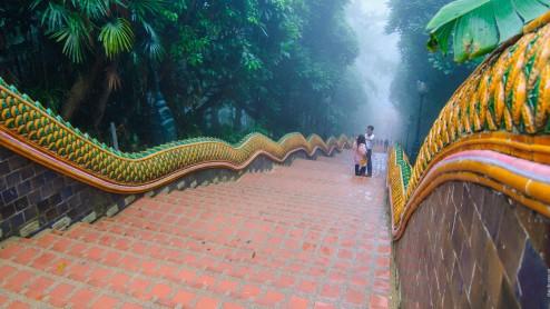 Лестница к храму Doi Suthep в облаках.
