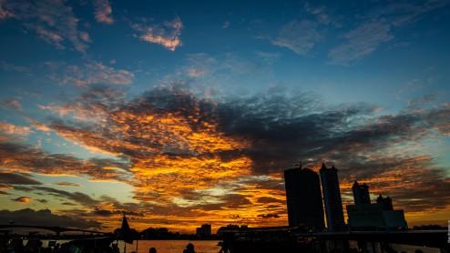 Закат в Бангкоке на берегу реки